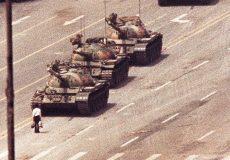 1989 ވަނަ އަހަރު އަހަރުގެ ޖޫން މަހުގެ 5 ވަނަ ދުވަހު ޓައިނަމަން މައިދާން ދޫކޮށްފައި ދިޔަ ޓޭކްގެ ގާފިލާ ކުރިމަތީގައި ޓޭންކް މޭންގެ ނަމުން މަޝްހޫރުވި މީހާ ހުއްޓިލާއިގެން